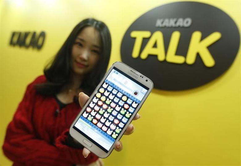 An employee of mobile messager Kakao Talk displays the mobile game ''Anipang'' on a smartphone at the company in Seongnam, south of Seoul, March 26, 2013. REUTERS/Lee Jae-Won/Files