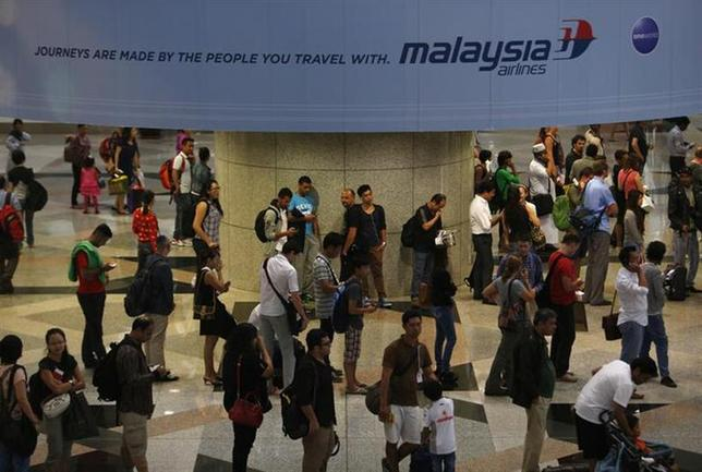 Passengers queue up for customs checks at the Kuala Lumpur International Airport in Sepang March 9, 2014. REUTERS/Edgar Su