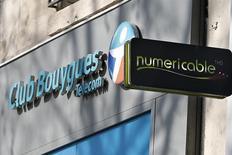 Os logotipos das companhias Bouygues e Numericable vistos em lojas em Paris. A francesa Bouygues Telecom fechou um acordo para vender sua rede de telefonia móvel e boa parte de seu espectro à rival de menor porte Iliad como uma maneira de aplacar os receios dos reguladores de competição sobre sua oferta pendente pela SFR, da Vivendi. 07/03/2014 REUTERS/Charles Platiau