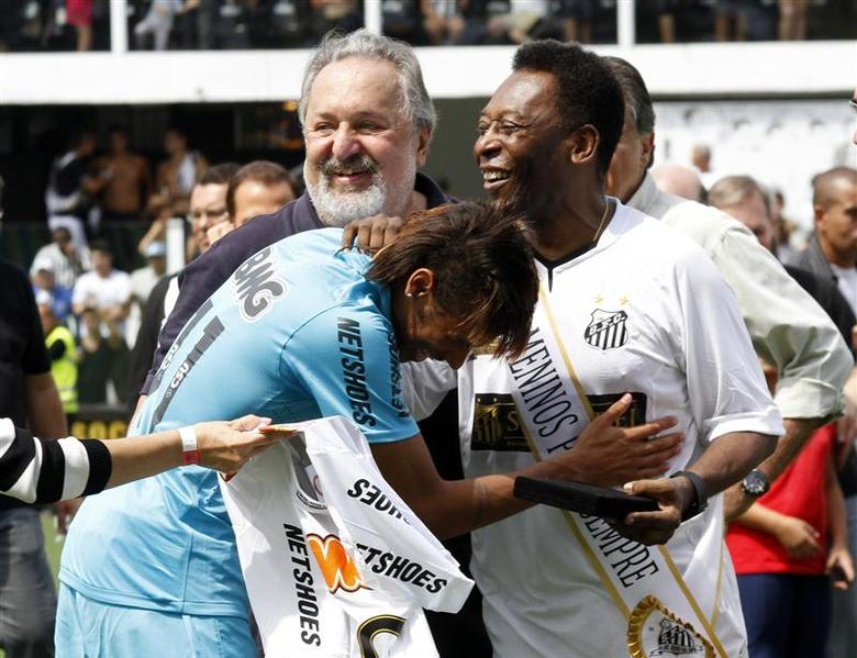 Soccer legend Pele (R) is greeted by Santos' player Neymar (L) as Santos FC President Luis Alvaro de Oliveira Ribeiro looks on during a ceremony to celebrate the 100th anniversary of Brazilian soccer club Santos, in Santos near Sao Paulo April 14, 2012. REUTERS/Ale Vianna/Brazil Photo Press/Ag O Globo