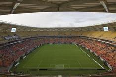 Torcedores chegam para a inauguração do estádio Arena da Amazônia Vivaldo Lima em Manaus. Mais um estádio inaugurado com atraso, a Arena da Amazônia abriu as portas pela primeira vez no domingo para uma partida com público reduzido, em que torcedores reclamaram de problemas e autoridades reconheceram que ainda há falhas a serem resolvidas até a Copa do Mundo. 09/03/2014 REUTER/Bruno Kelly
