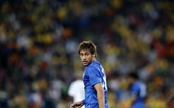 Neymar olha para trás durante o amistoso contra a África do Sul no estádio Soccer City, em Joanesburgo. 05/03/2014 REUTERS/Siphiwe Sibeko