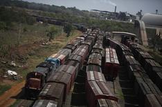 Vagões de trem de carga após serem carregados com cereais em Alto de Araguaia. A ALL mantém sua rotina de funcionamento normal após ter recebido a proposta da Rumo para incorporar a empresa de transporte ferroviário, com processos judiciais ocorrendo normalmente, disse um executivo nesta segunda-feira. 24/09/2012 REUTERS/Nacho Doce