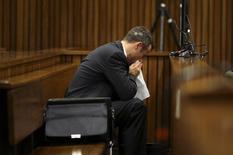 O ex-atleta Oscar Pistorius assoa o nariz durante seu julgamento pelo assassinato de sua namorada, Reeva Steenkamp, em Pretória. O velocista sul-africano Pistorius chorou e vomitou nesta segunda-feira ao escutar detalhes sobre a autopsia da sua namorada Reeva, morta há pouco mais de um ano, num crime pelo qual ele está sendo julgado. 10/03/2014 REUTERS/Siphiwe Sibeko