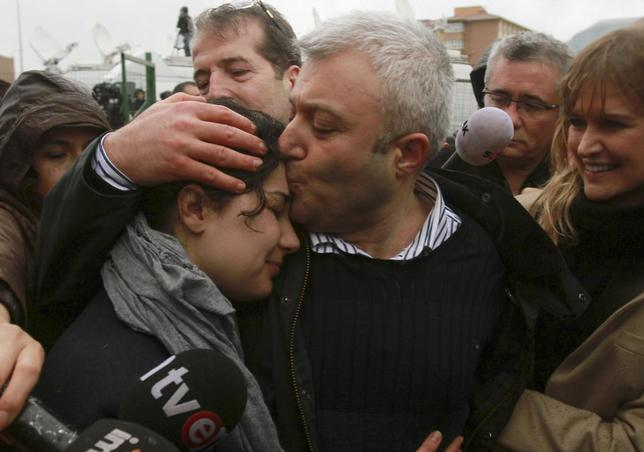 Journalist Tuncay Ozkan (C) shares an emotional moment with his daughter Nazlican (L) and his wife Duygu (R) after being released from prison outside the Silivri prison complex near Istanbul March 10, 2014. REUTERS/Stringer