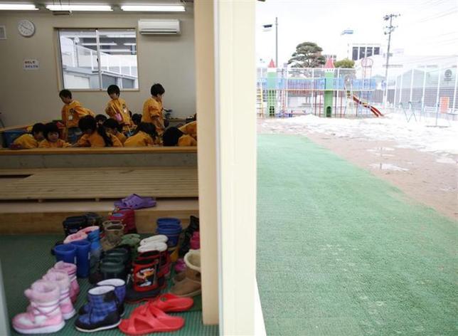 3月10日、東日本大震災から3年を迎えるが、福島第1原発から約55キロ離れた福島県郡山市の子どもたちは今なお「見えない敵」と闘っている。同市の幼稚園で2月撮影(2014年 ロイター/Toru Hanai)