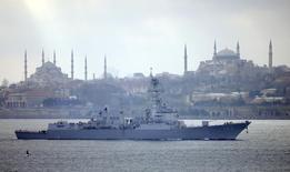 Американский эсминец Truxtun идёт по проливу Босфор в Стамбуле, направляясь в Чёрное море 7 марта 2014 года. Плохая погода стала причиной переноса военно-морских учений объединенных сил США, Болгарии и Румынии в Черном море на один день, сообщило во вторник в заявлении министерство обороны Болгарии. REUTERS/Stringer