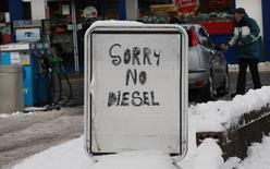 Объявление об отсутствии дизельного топлива на АЗС в Эдинбурге 3 декабря 2010 года. Великобритания расследует череду загадочных поломок дизельных автомобильных двигателей, которые могли быть вызваны использованием биодизельного топлива или дизтоплива, ввезенного из России. REUTERS/David Moir