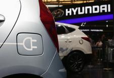 Um novo carro conceito da Hyundai movido a eletricidade, visto na 15ª Feira Internacional da Indústria do Automóvel em Xangai. A Hyundai, campeã sul-coreana de veículos elétricos movidos a células de combustível, atenderá os pedidos de que fabricantes produzam mais carros com zero de emissões lançando o seu primeiro veículo com bateria recarregável em 2016. 21/04/2013 REUTERS/Carlos Barria