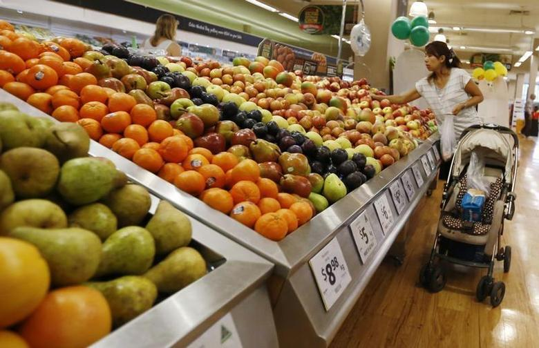 A women selects apples at a supermarket in Sydney, March 10, 2014. REUTERS/Jason Reed