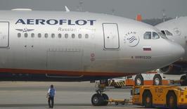 Самолет Airbus A330 компании Аэрофлот в московском аэропорту Шереметьево 27 июня 2013 года. Крупнейший в РФ авиаперевозчик - государственный Аэрофлот увеличил чистую прибыль на 41,9 процента до 7,34 миллиарда рублей ($203,3 миллиона) в 2013 году, сообщила компания в среду. REUTERS/Alexander Demianchuk