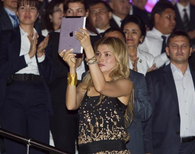 Gulnara Karimova (C), daughter of Uzbekistan's President Islam Karimov, takes a video with an Ipad as her father dances during an Independence Day celebration in Tashkent August 31, 2012. REUTERS/Shamil Zhumatov