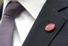 """Значок G7 на лацкане канцлера британского казначейства Джорджа Осборна, прибывшего на саммит министров финансов """"Большой семёрки"""" в Эйлсбери, Англия 10 мая 2013 года. Лидеры стран """"Большой семерки"""" призвали Россию прекратить участие в организации референдума в украинском Крыму и изменении его статуса и предупредили об ответных мерах, если Кремль не прислушается. REUTERS/Alastair Grant/Pool"""