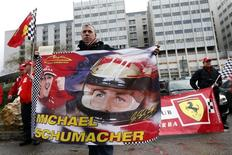 Um fã com uma bandeira participa de um tributo silencioso em homenagem ao 45º aniversário de Michael Schumacher, em frente à unidade de emergência do hospital CHU em Grenoble, na França, onde Schumacher está hospitalizado. Há pequenos sinais encorajadores no estado de saúde de Michael Schumacher, mas o piloto mais vitorioso da história da Fórmula 1 ainda terá de passar por uma longa recuperação depois do grave acidente de esqui sofrido em dezembro, disse sua agente nesta quarta-feira. 03/01/2014 REUTERS/Charles Platiau