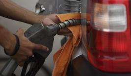 Um frentista enche o tanque de um carro no Rio de Janeiro. O consumo total de combustíveis no Brasil deverá crescer entre 4 e 5 por cento em 2014, após um crescimento dessa grandeza em 2013, estimou nesta quarta-feira a Agência Nacional do Petróleo, Gás Natural e Biocombustíveis (ANP), durante evento no Rio de Janeiro. 30/03/2011 REUTERS/Ricardo Moraes