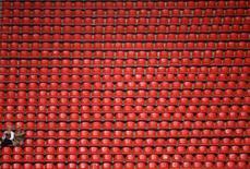 """Зрители на чемпионате мира по легкой атлетике в Москве 11 августа 2013 года. Играющий во втором дивизионе клуб """"Тосно"""" из Ленинградской области в гостях обыграл столичный """"Спартак"""" в 1/8 финала Кубка России со счетом 1-0. REUTERS/Dylan Martinez"""