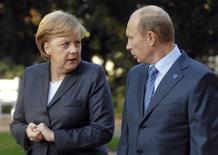 Канцлер Германии Ангела Меркель разговаривает с президентом России Владимиром Путиным на встрече в Висбадене 15 октября 2007 года. Россия воспользовалась слабостью Украины вместо того, чтобы помочь соседу и партнеру, и дальнейшее вмешательство грозит Украине катастрофой, а России - огромными политическими и экономическими потерями, сказала канцлер. REUTERS/Bernd Kammerer/Pool