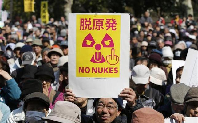 3月13日、原子力規制委員会は、九州電力川内(せんだい)原発1、2号機(鹿児島県薩摩川内市)について、今後、優先的に審査を進めることを決定。写真は9日、東日本大震災の発生から3年目を控えて、都内で脱原発のプラカードを掲げるデモ参加者(2014年 ロイター/Yuya Shino)
