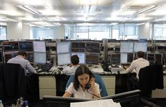 Трейдеры в торговом зале инвестбанка Ренессанс Капитал в Москве 9 августа 2011 года. Российский рынок акций, продемонстрировав отскок при открытии, вновь ушел в минус, а индексы при этом установили новые годовые минимумы, упав к уровням мая 2012 года. REUTERS/Denis Sinyakov