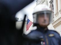 Австрийский полицейский патрулирует улицу перед посольством США в Вене 22 сентября 2012 года. Австрийские силовики арестовали в столице 48-летнего украинского бизнесмена, которого разыскивают США по подозрению во взяточничестве и преступных умыслах, сообщило в четверг Федеральное криминальное агентство. REUTERS/Leonhard Foeger