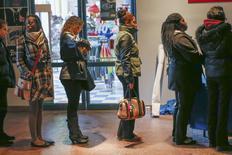 File d'attente de chômeurs à la recherche d'un emploi à Coney Island, à New York. Les inscriptions hebdomadaires au chômage ont diminué aux Etats-Unis lors de la semaine au 8 mars, à 315.000 - un nouveau plus bas de trois mois /Photo prise le 4 mars 2014/EUTERS/Shannon Stapleton