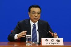 """O primeiro-ministro chinês Li Keqiang, gesticula conforme fala durante uma coletiva de imprensa em Pequim. Li alertou nesta quinta-feira que a economia enfrenta """"desafios rigorosos"""" em 2014, declarações feitas no momento em que dados fracos atiçaram a especulação de que o banco central pode relaxar a política monetária para sustentar o crescimento. 13/03/2014 REUTERS/Barry Huang"""