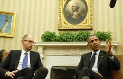 Президент США Барак Обама жмет руку премьер-министру Украины Арсению Яценюку во время встречи в Вашингтоне 12 марта 2014 года. Украина должна использовать финансовую помощь Запада для погашения российскому Газпрому долга за газ, который достиг $1,8 миллиарда, говорится в заявлении концерна. REUTERS/Larry Downing