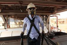 Un empleado de la petrolera canadiense Pacific Rubiales en una excavación en el Campo Rubiales en Meta, Colombia, ene 23 2013. La petrolera canadiense Pacific Rubiales reportó ganancias para el cuarto trimestre del 2013, frente a las pérdidas en el mismo período del año anterior, por mayores ventas de crudo y gas, pero su utilidad en todo el año disminuyó ante un mayor pago de impuestos, informó el jueves la compañía. REUTERS/Jose Miguel Gomez