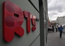Логотип РТС у биржи в Москве 1 июня 2012 года. Индексы российского рынка акций при открытии торгов в пятницу продолжили устанавливать новые минимумы на фоне снижения на глобальных фондовых площадках. REUTERS/Sergei Karpukhin