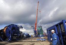 Производственная площадка на Юзовском месторождении сланцевого газа 29 ноября 2013 года. Кризис на Украине не позволит ей начать добычу сланцевого газа в 2017 году, как планировалось, и избавиться от зависимости от российского газа в ближайшие годы. REUTERS/Dmitry Neymyrok