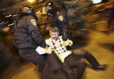 Полиция задерживает участника акции протеста после массовой драки в Донецке 13 марта 2014 года. Украинская милиция задержала четверых организаторов массовой драки в Донецке, в результате которой один человек погиб, а около трех десятков получили травмы и ранения, сообщил министр внутренних дел Арсен Аваков. REUTERS/Stringer