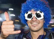 """Болельщик """"Барселоны"""" у Олимпийского стадиона в Риме 28 мая 2009 года. Матчи чемпионатов России, Украины, Испании, Англии, Германии, Италии и Франции пройдут в пятницу и выходные. REUTERS/Remo Casilli"""