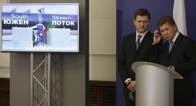 Глава Газпрома Алексей Миллер (справа) и министр энергетики РФ Александр Новак на пресс-конференции в Софии 31 октября 2013 года. Российский концерн Газпром выбрал итальянскую Saipem для строительства первой нитки газопровода Южный поток, стоимость контракта оценивается в 2 миллиарда евро, сообщил Газпром. REUTERS/Stoyan Nenov