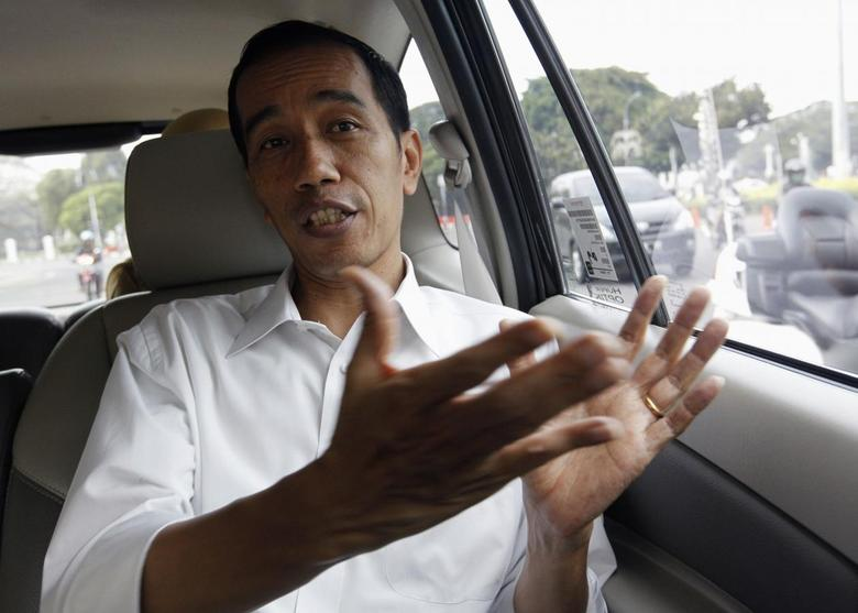 Jakarta's Governor Joko Widodo, also known as Jokowi, speaks during an interview with Reuters in his car on his way back to his office in Jakarta April 9, 2013. REUTERS/Enny Nuraheni
