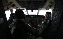 Pilotos da Força Aérea Real da Malásia trabalham na cabine de um CN235 da aeronáutica malaia durante uma missão de busca e resgate pelo voo MH370. Amigos e familiares do co-piloto do avião da Malaysia Airlines que está desaparecido há uma semana disseram que o profissional era religioso e sério em relação à sua carreira, contrariando notícias que sugerem imprudência no trabalho. 13/03/2014 REUTERS/Samsul Said