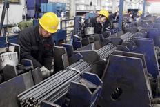 Um funcionário trabalha em uma siderúrgica em Lianyungang, na China. Os contratos futuros de aço negociados na bolsa de Xangai reduziram perdas nesta sexta-feira, mas ainda assim registraram sua maior queda semanal em quase um ano, em meio à lenta demanda chinesa, segundo operadores do mercado. 30/12/2013 REUTERS/Stringer
