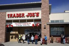 Unos clientes en línea para ingresar a una tienda de la cadena Trader Joe's en Boulder, feb 14 2014. La confianza del consumidor de Estados Unidos bajó modestamente a inicios de marzo debido a una reducción de las expectativas para el futuro, mostró el viernes un sondeo. REUTERS/Rick Wilking/Files