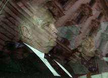 O presidente do Bayern de Munique, Uli Hoeness, deixa tribunal na quinta-feira após ser condenado a três anos e meio de prisão por sonegar impostos, em Munique. O presidente do clube alemão renunciou ao cargo nesta sexta-feira. 13/03/2014 REUTERS/Marc Mueller/Pool/Files