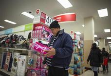 Una persona realiza una compra al interior de una tienda de la cadena Target en Brooklyn, nov 29 2013. La confianza del consumidor se debilitó a inicios de marzo en Estados Unidos, ya que el invierno inusualmente gélido que sufrió buena parte del país pareció ensombrecer las percepciones en torno al panorama económico. REUTERS/Eric Thayer