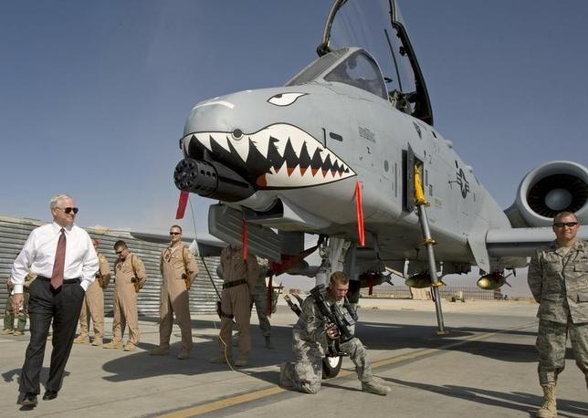 US Secretary of Defense Robert Gates (L) greets the crew and looks over an A-10 ''Warthog'', a close support aircraft, during an unannounced visit to Bagram Airfield September 17, 2008. REUTERS/Paul J. Richards/Pool