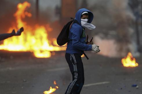 Venezuela's Maduro gives ultimatum to Caracas protesters