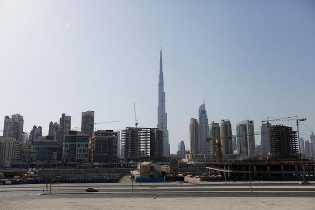 Construction cranes are seen near Burj Khalifa (C) in Dubai June 26, 2012. REUTERS/Jumana El Heloueh