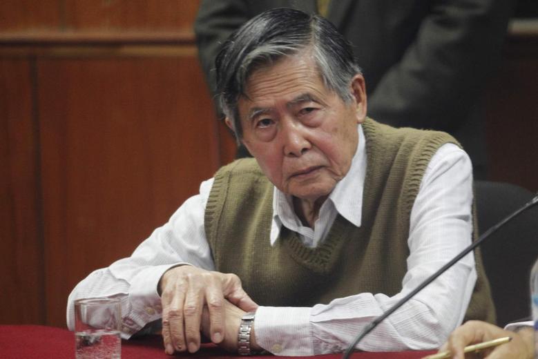 Peru's former President Alberto Fujimori listens to the judge's verdict about his sentence in prison, in Lima October 29, 2013. REUTERS/Enrique Castro-Mendivil