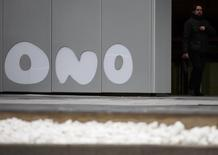Мужчина выходит из офиса Ono под Мадридом 12 февраля 2014 года. Vodafone договорился о покупке крупнейшего испанского оператора кабельной связи Ono за 7,2 миллиарда евро ($10,03 миллиарда), сообщила в понедельник британская компания. REUTERS/Sergio Perez