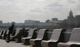 Скамейки на набережной Москва-реки близ парка имени Горького 14 марта 2014 года. Начавшаяся с похолодания рабочая неделя в Москве уже к пятнице вернет в столицу весеннее тепло, ожидают синоптики. REUTERS/Maxim Shemetov