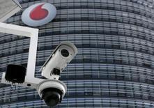 Cámara de vigilancia frente a las oficinas centrales de Vodafone Germany en Duesseldorf, sep 12, 2013. Los accionistas de la compañía española Ono están cerca de llegar a un acuerdo con la británica Vodafone tras una oferta para comprar el grupo de cable por unos 7.200 millones de euros (10.000 millones de dólares), incluida la deuda, dijo una fuente familiarizada con el tema. REUTERS/Ina Fassbender