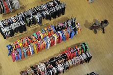 Consumidores passam na frente de araras de roupas em um supermercado. A demanda dos consumidores por crédito subiu 1,0 por cento em fevereiro na comparação com o mesmo mês de 2013, influenciada pelo deslocamento do feriado do Carnaval que, neste ano, aconteceu em março, informou a Serasa Experian. 14/02/2014 REUTERS/Stringer