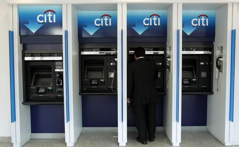 A man uses a Citibank automated teller machine at a branch in Washington January 19, 2010. REUTERS/Jim Young