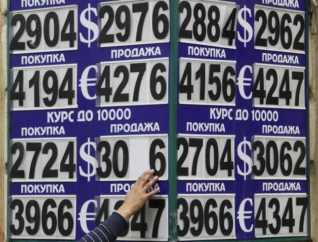 3月17日、ロシア経済発展省のベリヤコフ次官は地方のビジネス会議で、同国経済が危機的状況にあると警告した。写真はモスクワの外貨両替所前で2011年8月撮影(2014年 ロイター/Sergei Karpukhin)