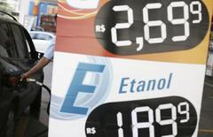 Um frentista abastece o tanque de um consumidor em São Paulo. Uma elevação da Contribuição de Intervenção no Domínio Econômico (Cide) sobre a gasolina, como pedem representantes da indústria de etanol, não é algo que possa ser esperado no curto prazo, disse o diretor do Departamento de Combustíveis Renováveis do Ministério de Minas e Energia, Ricardo Dornelles. 29/11/2013 REUTERS/Nacho Doce